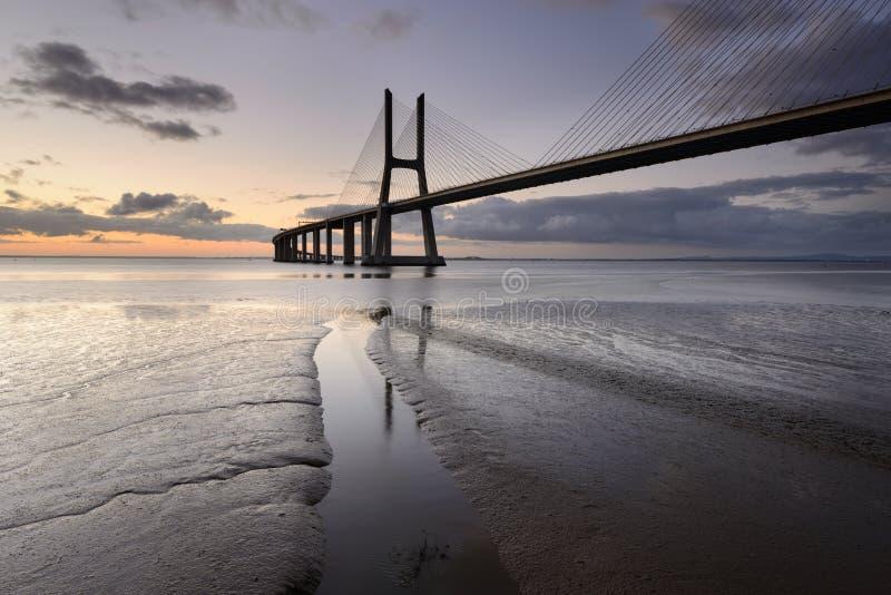 Vasco da Gama Bridge in Lissabon is een verbazende vlek stock fotografie