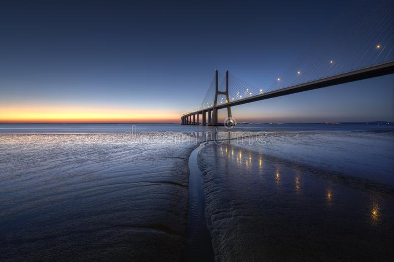 Vasco de Gama Мост в Лиссабоне во время захода солнца Ponte Vasco de Gama, Лиссабон, Португалия стоковое изображение rf
