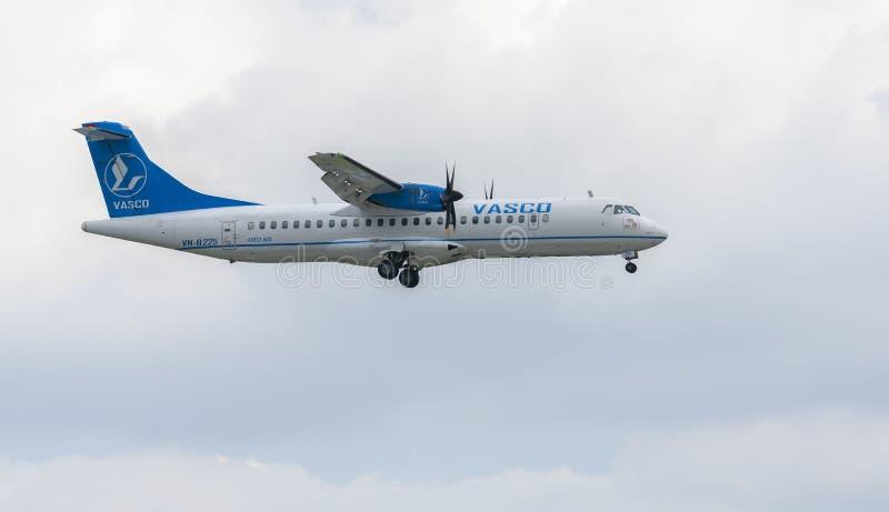 Vasco-Flugzeug mit Landung der Ausrichtung Atr72 bei Tan Son Nhat International Airport lizenzfreies stockfoto