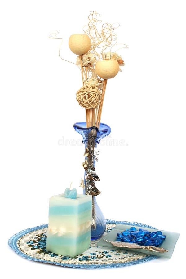 Vase à fleur bleu, bougie, recouvrement de table image stock