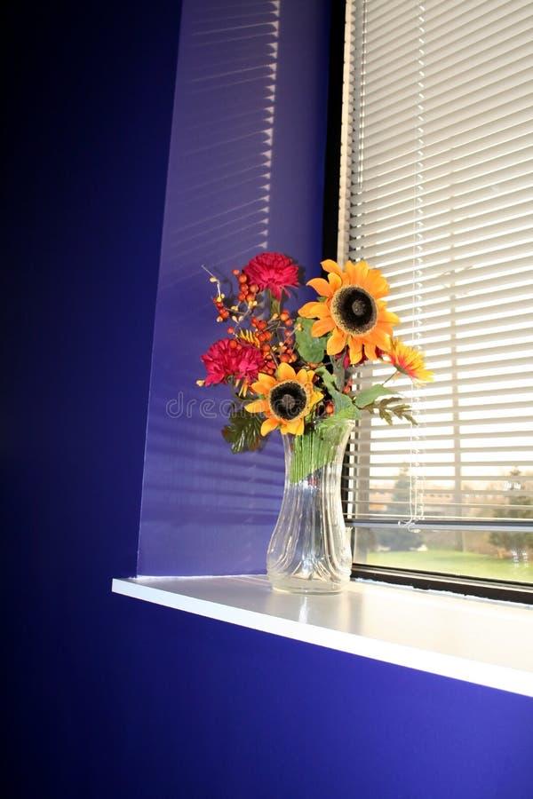 Vase à fleur dans un hublot photo stock