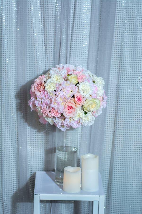 Vase à fleurs et décoration de bougie photo stock