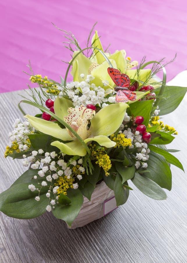 Download Vase à Fleurs Mis Sur La Table Photo stock - Image du toujours, botanique: 45354226
