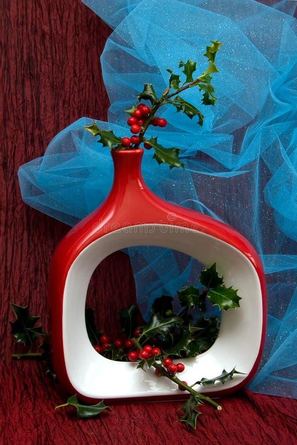 Vase à Noël avec l'arbre de houx photo libre de droits