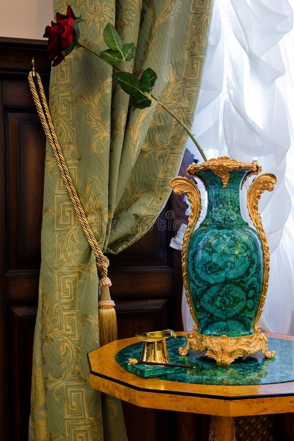 Vase ancien à un hublot photo stock