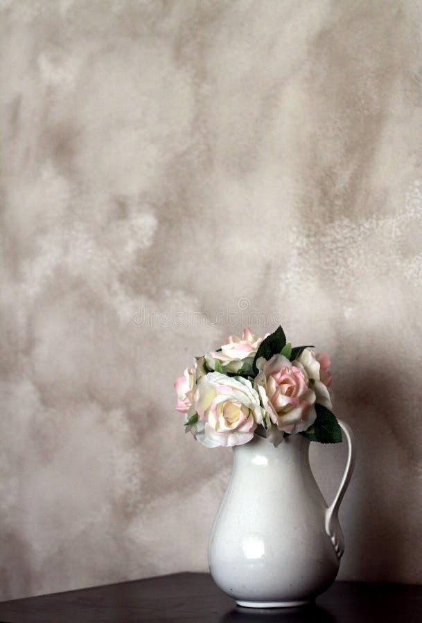 Vase av nytt snittblommor royaltyfri foto