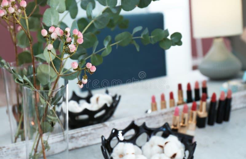 Vase avec des fleurs sur la coiffeuse dans la chambre de maquillage image libre de droits