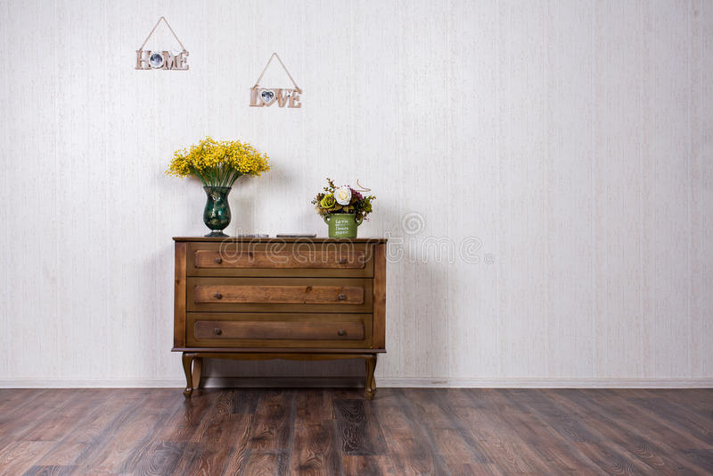 Vase avec des flovers sur la raboteuse dans l'inrerrior à la maison image stock