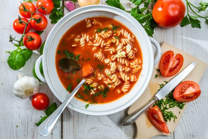 Vase avec la soupe à tomate et les légumes frais photos libres de droits