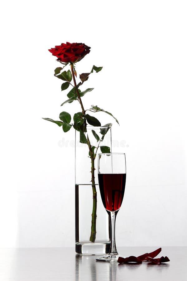 Vase avec rose et verre de vin images stock