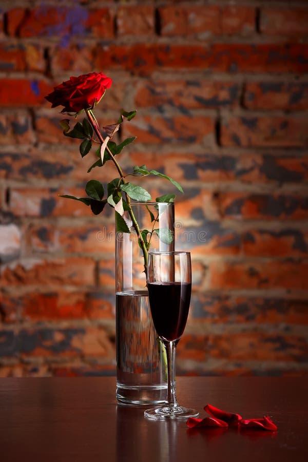 Vase avec rose et verre de vin image libre de droits