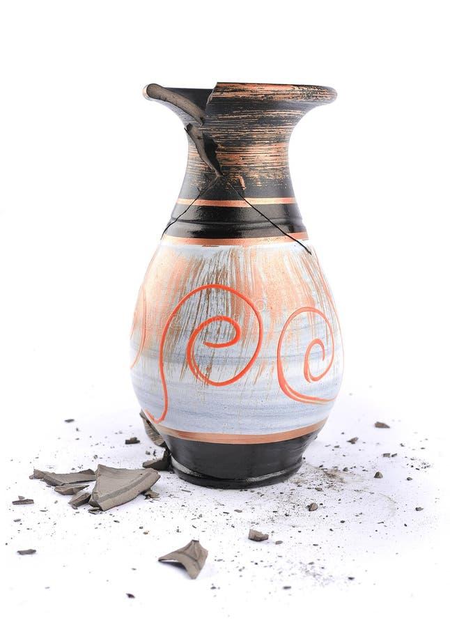 Vase cassé sur un fond blanc photo libre de droits