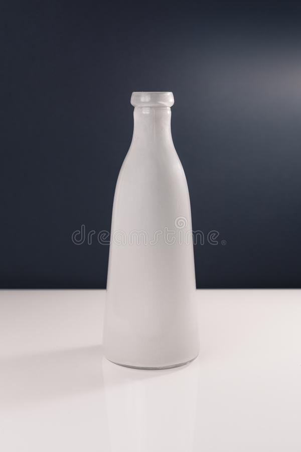 Vase coloré neutre d'isolement sur le fond blanc et gris-foncé photos libres de droits