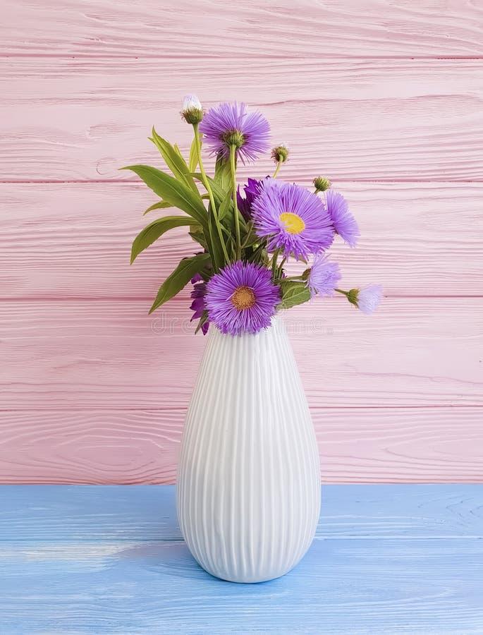 Vase de la fleur décorative d'automne de conception intérieure de beauté de chrysanthème, cloche sur le fond en bois photos libres de droits