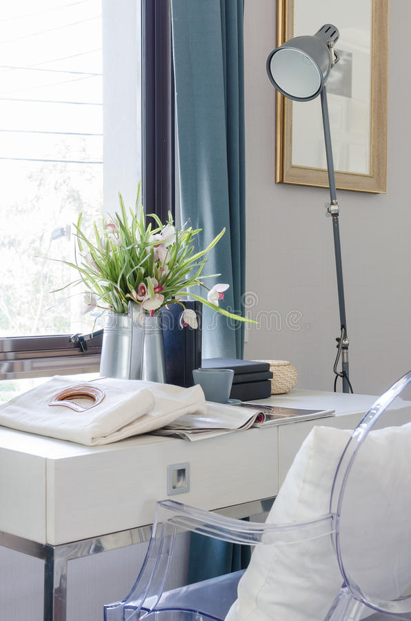 Vase der Blume auf weißem Schreibtisch mit Lampe lizenzfreies stockfoto