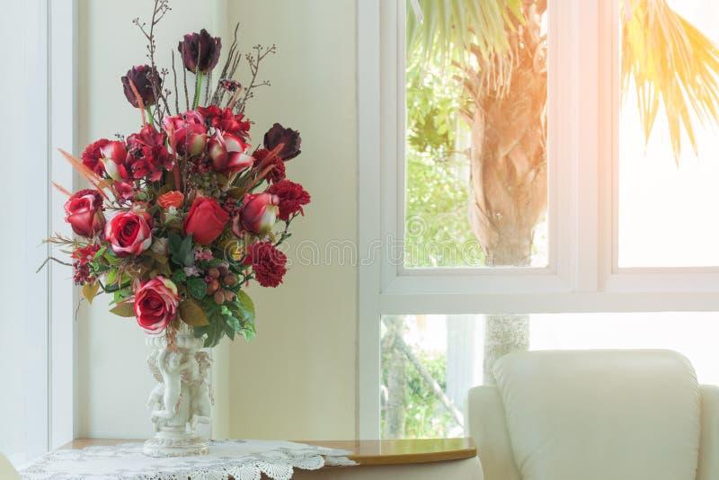 Vase der Rotrose im Wohnzimmer lizenzfreies stockfoto