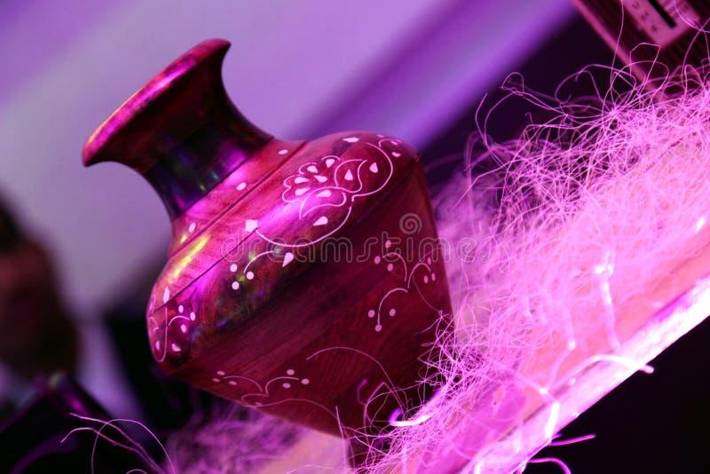 Vase en bois à Brown avec la conception épique colorée blanche photo stock