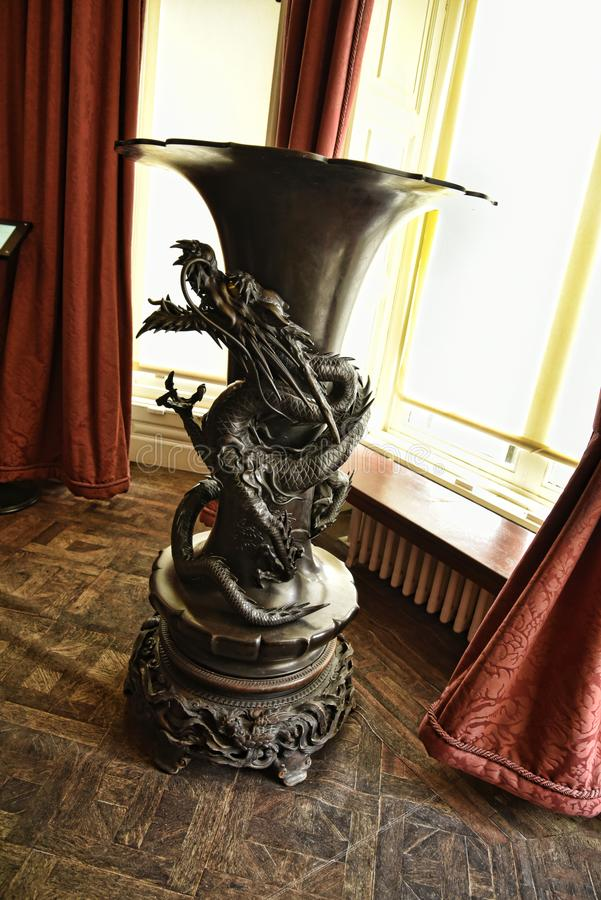 Vase en bronze avec le dragon à une belle maison de campagne près de Leeds West Yorkshire qui n'est pas une propriété de confianc photos libres de droits