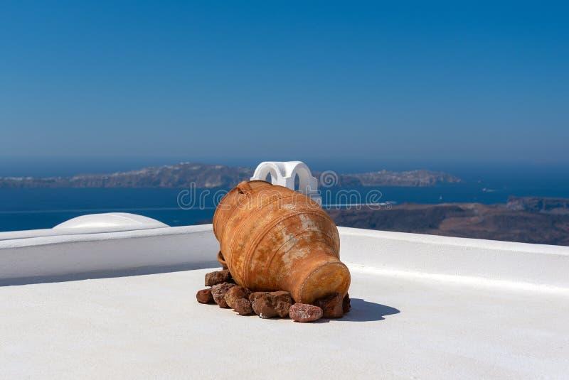 Vase en céramique antique sur un toit une maison à l'île de Santorini, Grèce images libres de droits