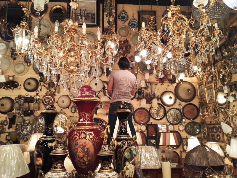 Vase et bouteille et lumières dans le magasin de Moyen-Orient images stock