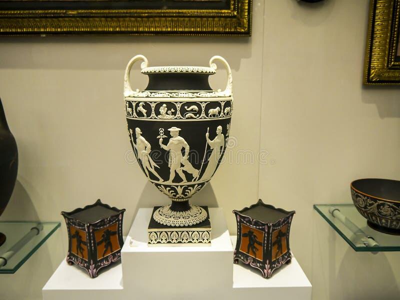 Vase in freier Dame Lever Art Gallery des Portsonnenlichts, hergestellt von William Hesketh Lever für seine SonnenlichtSeifenfabr stockbilder