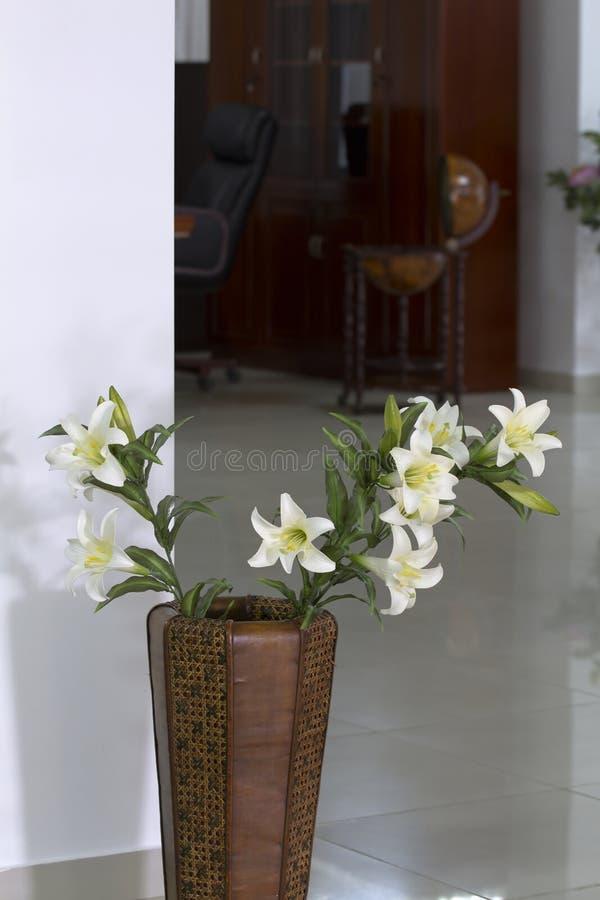 Vase Leder Mit Weißen Lilien. Stockfotos