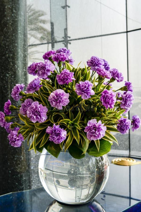 Vase med rosa blommor fotografering för bildbyråer