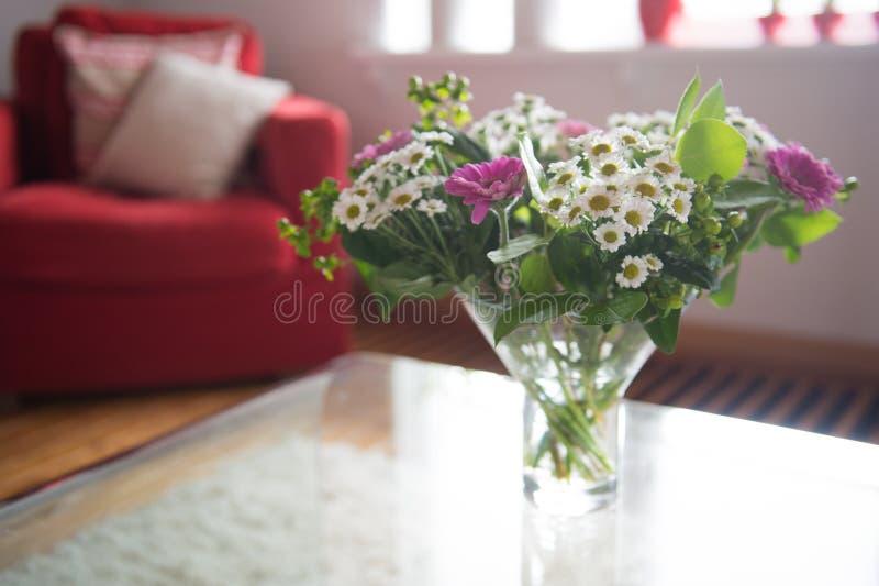 Blumenstraußblumen am Tisch stockfotos