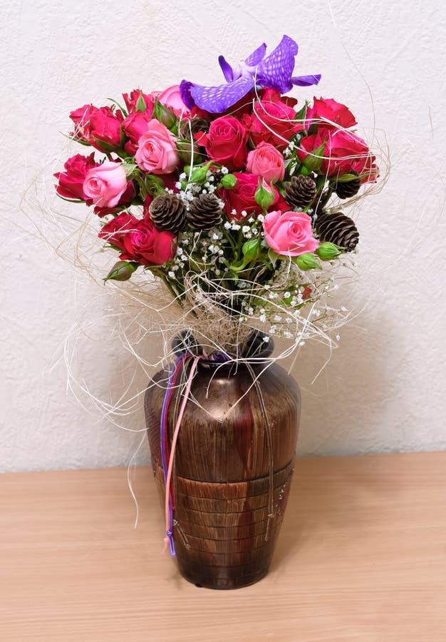 Vase mit Rosen und Orchidee Vanda lizenzfreie stockfotografie