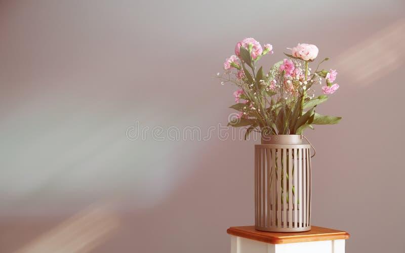 Vase mit schönen rosa Blumen auf Schemel nahe heller Wand lizenzfreies stockfoto