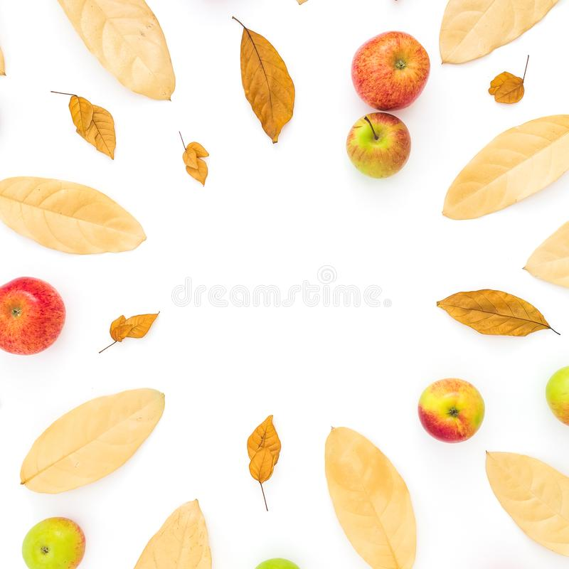 Vase mit trockenen Blättern, Apfel und Kerzen auf dem Rausschmiß Das Feld, das vom Herbst gemacht wurde, trocknete Blätter und Ap stockfotografie