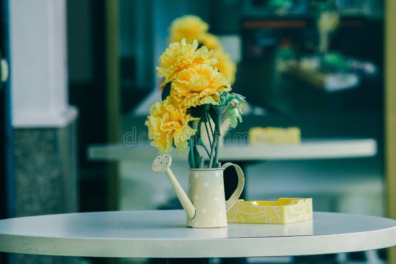 Vase, pots, arrosoirs sur une table blanche image libre de droits