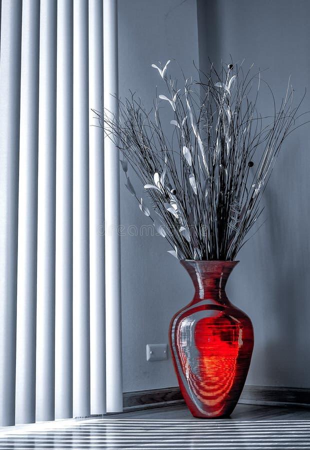 Vase rouge sur le plancher images libres de droits