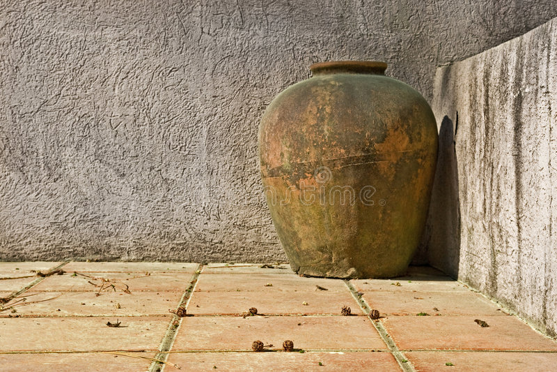 Vase superficiel par les agents à argile sur le patio photographie stock libre de droits