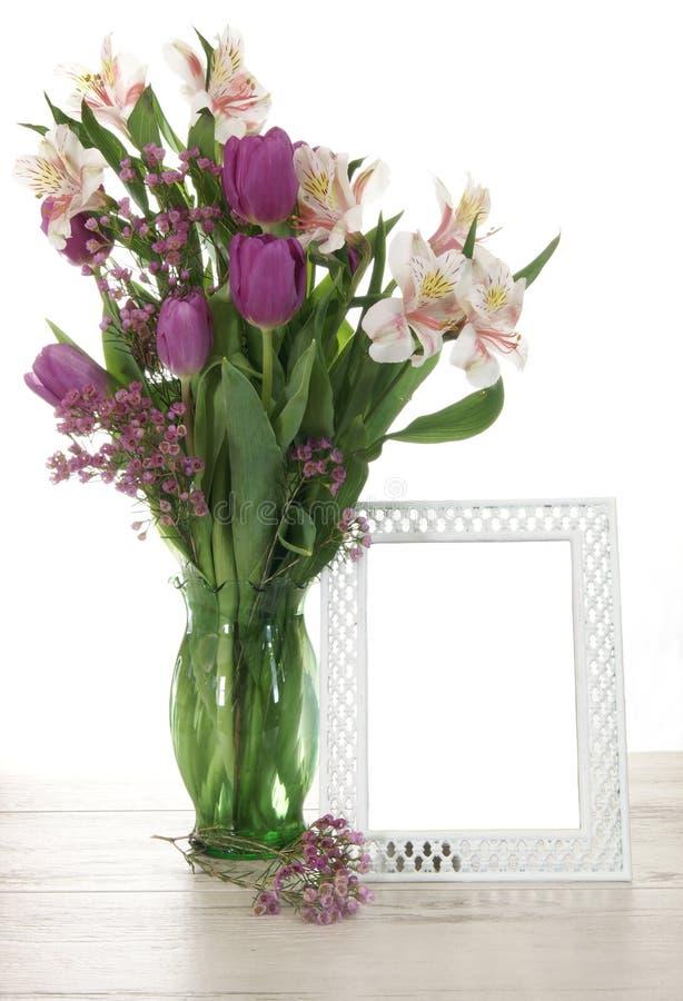 Vase von Blumen und von Rahmen lizenzfreie stockfotografie