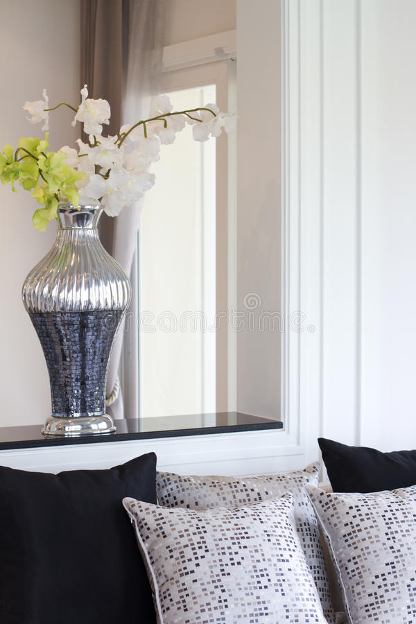 Free Vase With Artificial Flowers In Living Room Stock Photography - 29208022