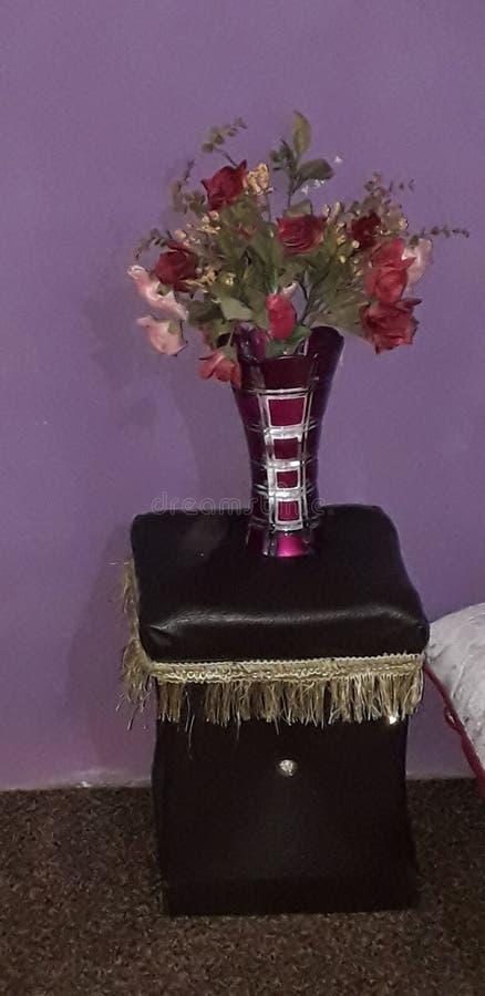 Vaseflower på stol royaltyfri bild