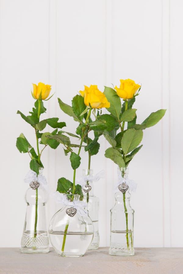 Vasen mit gelben Rosen stockfotografie