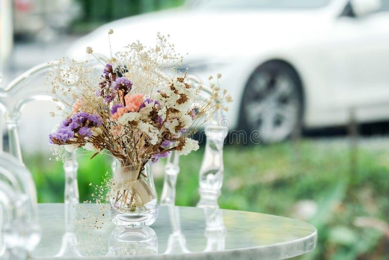 Vasenglas mit der schönen Trockenblume verziert stockfotografie