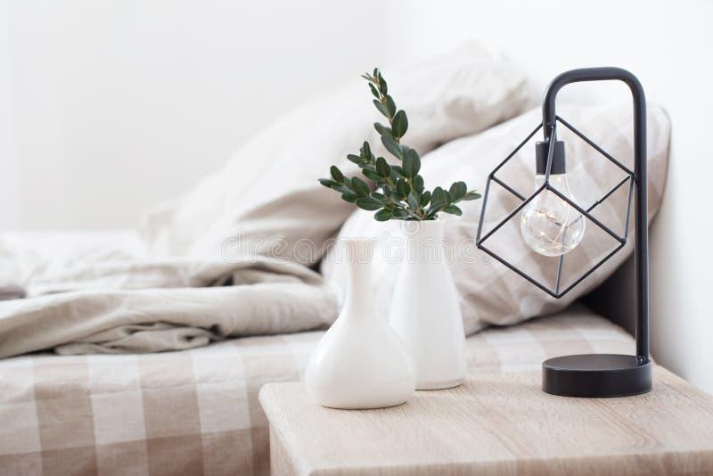 vaser och lampa i inre sovrum royaltyfri foto