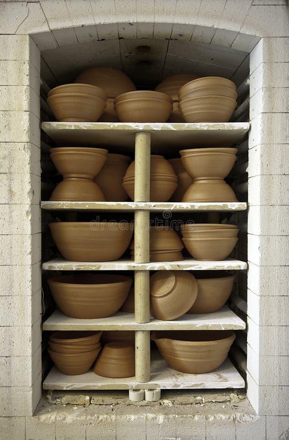Vases à argile dans un four photographie stock