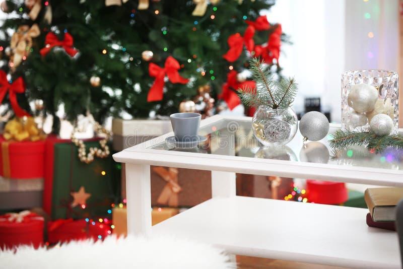 Vases à tasse et en verre avec le décor de Noël sur la table blanche image stock