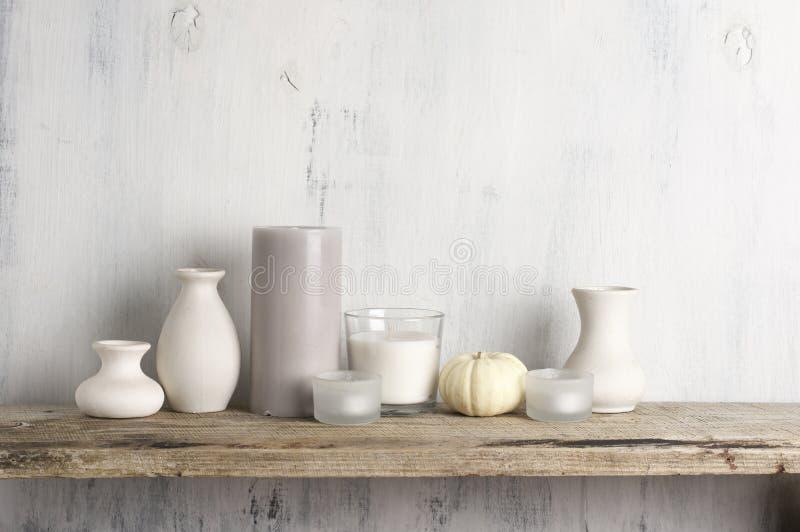 Vases et bougies color?s neutres en tant que d?cor ? la maison images libres de droits