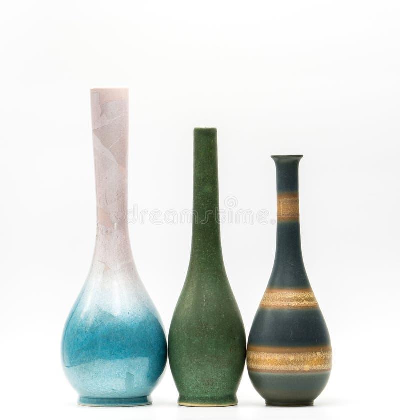Vases modernes à poterie avec de beaux modèles d'isolement photos stock