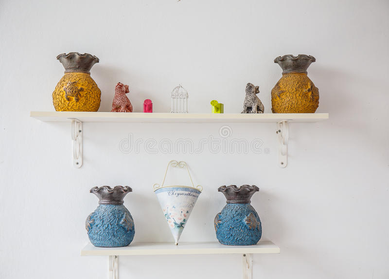 Vases sur l'étagère images libres de droits