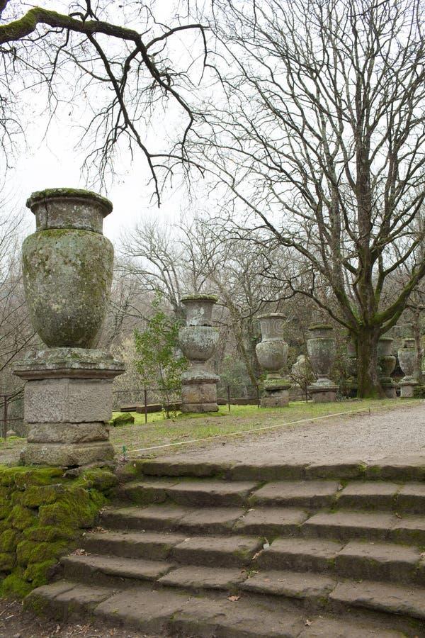 Vasi antichi nei giardini di bomarzo immagine stock for Laghetti nei giardini