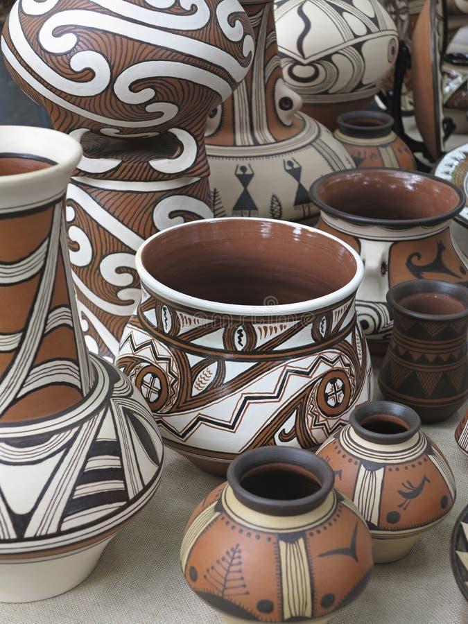 Vasi ceramici progettati variopinti delle terraglie dell'argilla fotografie stock libere da diritti