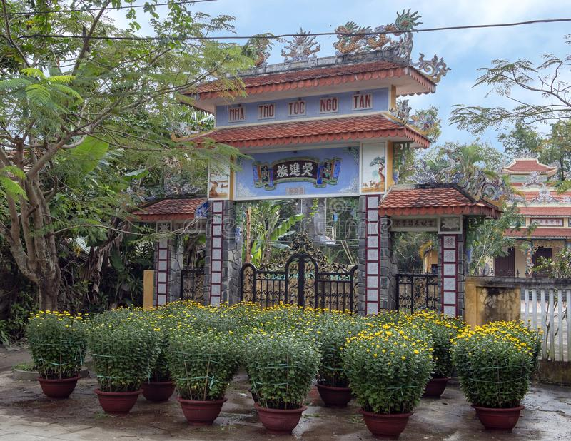 Vasi da fiori gialli da vendere per Tet prima di un tempio nel villaggio d'agricoltura di Phuong Nam, Vietnam fotografie stock libere da diritti