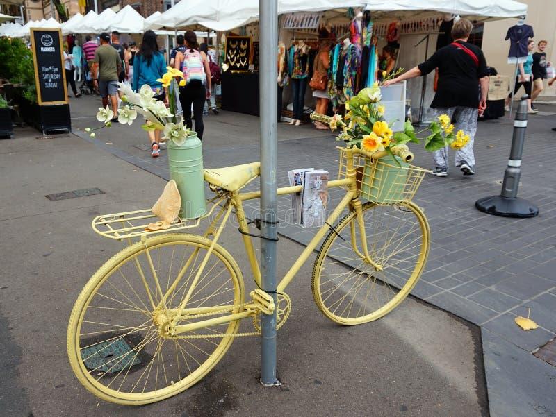 Vasi da fiori sulla bicicletta gialla immagini stock libere da diritti