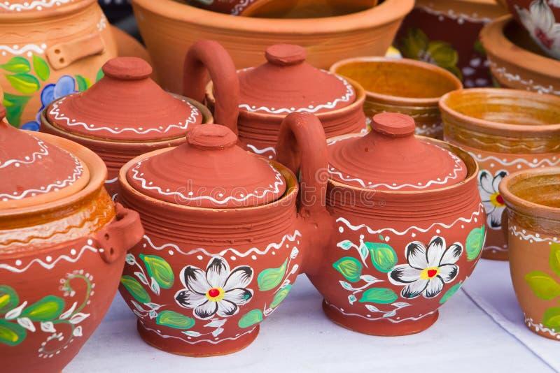 Vasi dei vasi gemellati decorativi fatti a mano e dipinti a mano dell'argilla ceramica doppi con una maniglia ed i coperchi della fotografie stock